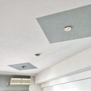 天井と、窓辺は淡いブルー。主張しすぎない色合いです