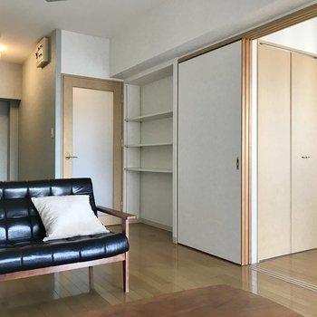 キッチン手前のこの棚には本を並べたい◯(※写真の家具小物は見本です)