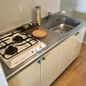 2口コンロのキッチン。掃除もしやすそう!(※写真の小物は見本です)