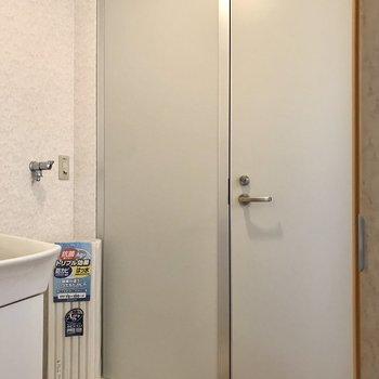 トイレの扉は上に隙間がありますが換気扇があるのでそこまで気にならないかな?