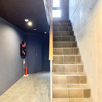 4階までは階段で。