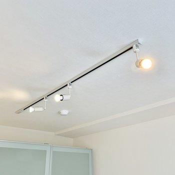 【洋室】洋室にもライティングレールが。