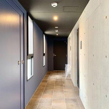 ブルーの壁とタイルの床がかわいらしいお部屋です。
