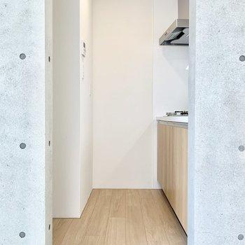 冷蔵庫は写真左のくぼみに置けますよ。