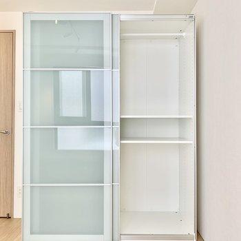 【洋室】ドアはスライド式で場所を取りません。