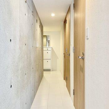 片面コンクリートの壁ですが明るい雰囲気です。