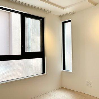 【洋室】細長い窓からもほんのり光が入ります。