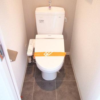 トイレの壁と床には大人っぽいアクセントクロスつき。