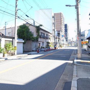 【周辺環境】マンション前の車道。このまままっすぐ行くと大通りに出られます。
