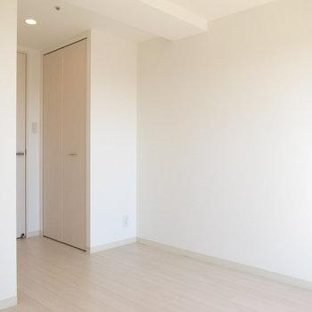 居室は6帖の広さ。ただでこぼこしているのでもう少し狭く感じられました。