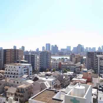 そして眺望は、遠くに淀川河川敷を望めるリバービュー!空も目一杯広がっています。