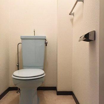 ブルーのトイレって珍しい。(※写真は1階の同間取り別部屋のものです)