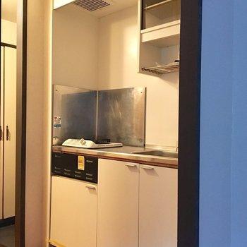 キッチンは廊下に。(※写真は1階の同間取り別部屋のものです)