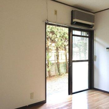 窓はそこまで大きくないですが明るかったですよ。(※写真は1階の同間取り別部屋のものです)