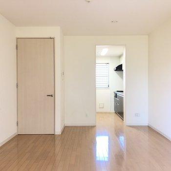 【LD】キッチンも同室なので奥行きがあり、広く見えます。※写真は1階の同間取り別部屋のものです
