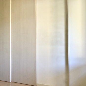 【洋室5.4帖】LDに続くドアです。※写真は1階の同間取り別部屋のものです