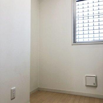キッチンの後ろのはスペースも◎台も置けます。※写真は1階の同間取り別部屋のものです