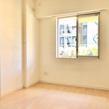 【洋室5.4帖】南向きなので明るい!このお部屋は寝室になりそうですね。※写真は1階の同間取り別部屋のものです