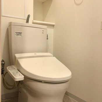 上には収納スペースが。※写真は1階の同間取り別部屋のものです