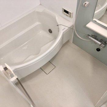 段あり!半身浴もできます。追い炊き付きも嬉しいポイント。※写真は1階の同間取り別部屋のものです