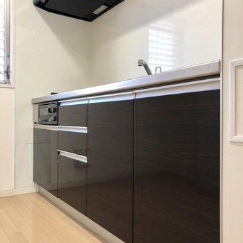 キッチンはブラック。※写真は1階の同間取り別部屋のものです