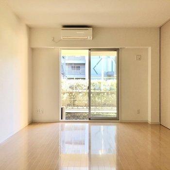 【LD】窓から優しい光が差し込みます。※写真は1階の同間取り別部屋のものです