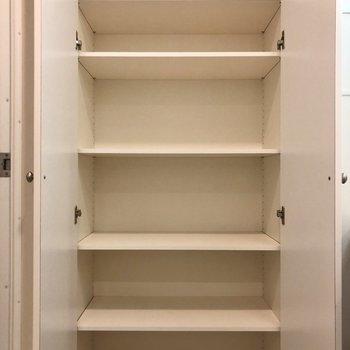 大容量!タオルや日用品を。※写真は1階の同間取り別部屋のものです