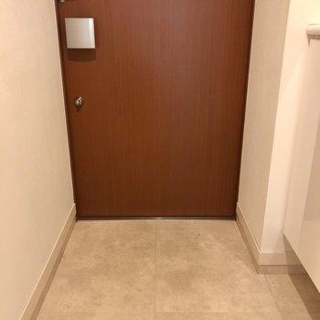 木の玄関ドアなんて珍しい。※写真は1階の同間取り別部屋のものです