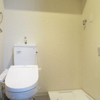 トイレと洗濯機置き場も同居(※写真は4階の反転間取り別部屋のものです)