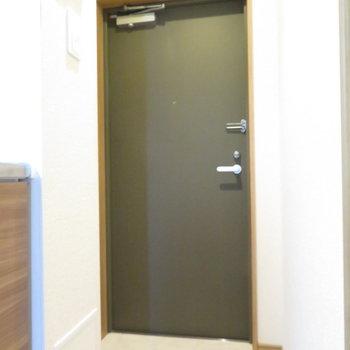 玄関は1人用(※写真は4階の反転間取り別部屋のものです)