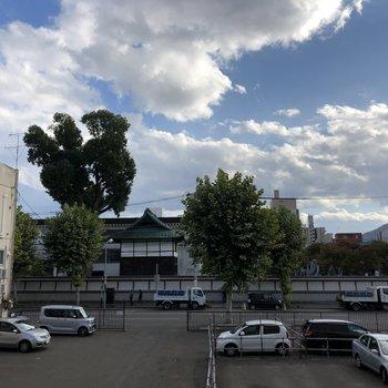 ベランダからの眺望。目の前に見えるのが東本願寺です。