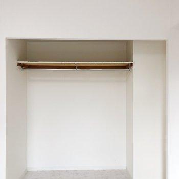 クローゼットには扉がついていないので見せる収納を心がけましょう。