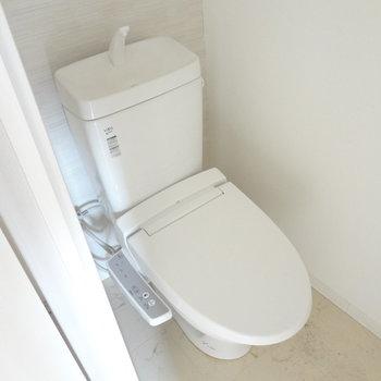トイレはもちろんウォシュレットつき。