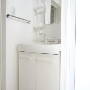 洗面台は使いやすいドレッサータイプ。