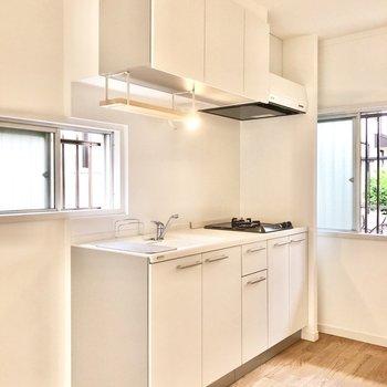 白で統一された可愛らしいキッチン。