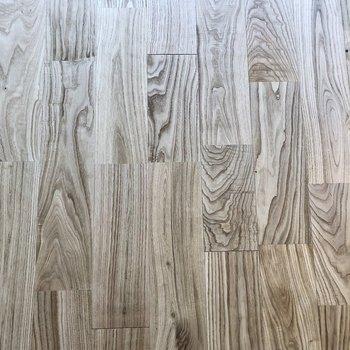 木目が綺麗なヤマグリの無垢床。