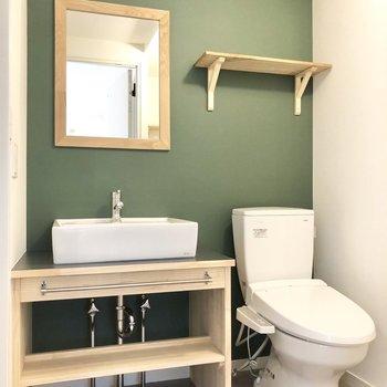 これまたグリーンのクロスが施された脱衣所とお手洗い。