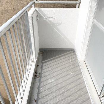 ベランダもありますよ。物干も設置されています。(※写真は4階の反転間取り別部屋、通電前のものです)