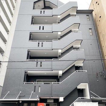 外装も綺麗に生まれ変わっている、6階建の鉄筋コンクリートマンションです。