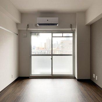 洋室の広さは9.5帖。シンプルな長方形なので、家具の配置もしやすそう◎(※写真は4階の反転間取り別部屋、通電前のものです)