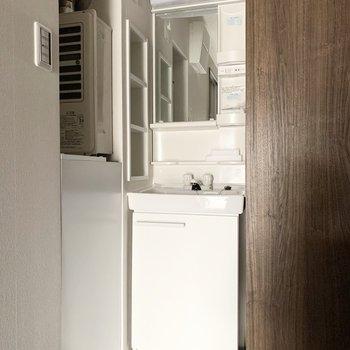 独立洗面台は玄関脇に。コンパクトですが、棚付が嬉しいポイント◎(※写真は4階の反転間取り別部屋、通電前のものです)