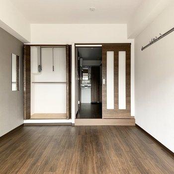 クローゼットは上部バーが可動式の2段タイプ。ドアの外は廊下兼水廻りです。(※写真は4階の反転間取り別部屋、通電前のものです)