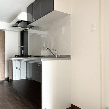まずはキッチン。(※写真は4階の反転間取り別部屋、通電前のものです)