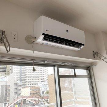 窓とエアコンの前に室内物干もありますので、雨の日や花粉の季節のお洗濯も安心◎(※写真は4階の反転間取り別部屋、通電前のものです)