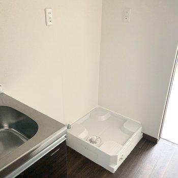 冷蔵庫置場をはさんで、並んで洗濯機置場。家事動線良しですね◎(※写真は4階の反転間取り別部屋、通電前のものです)