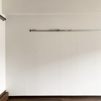 壁にはピクチャーレールと、(※写真は4階の反転間取り別部屋、通電前のものです)