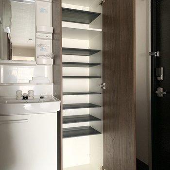 背の高いシューズボックスは可動棚がたくさんで容量たっぷり◎(※写真は4階の反転間取り別部屋、通電前のものです)
