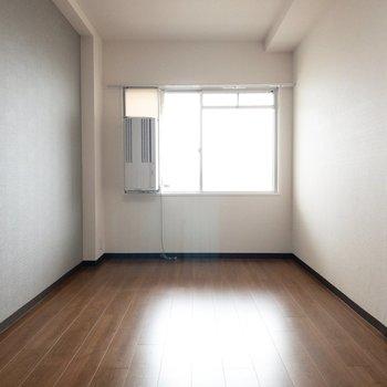洋室2】こっちの洋室はマンションの通路に接しています。