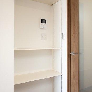 リビング】キッチンの横にちょっとした棚が。鍵を置いたり花瓶を置いたりなにかと使えそう◎