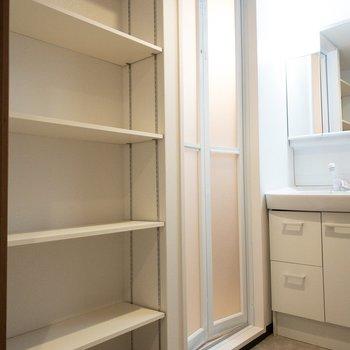 タオルや洗濯グッズはこの棚に収納!